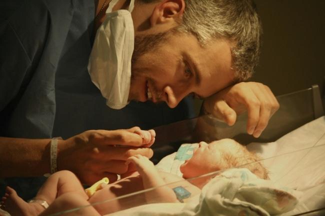 Padre admirando a su hijo recién nacido