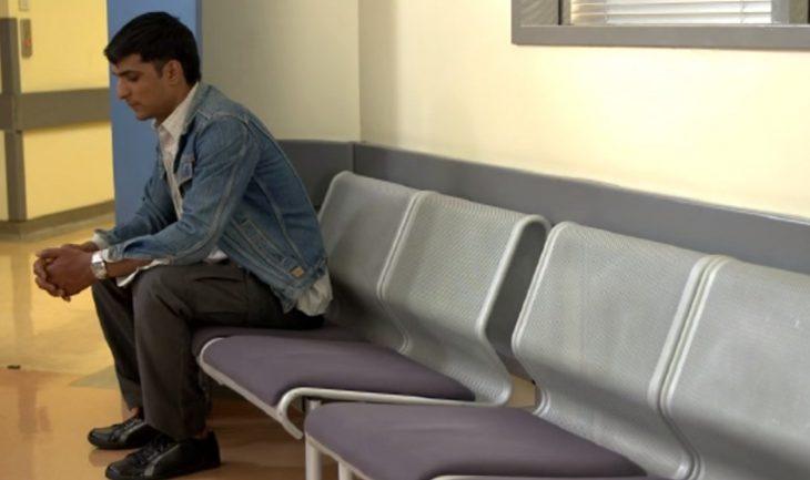 Hombre solo en sala de espera
