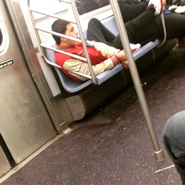 hombre posando en el metro