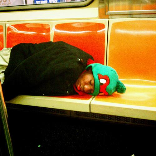 mujer dormida con un gorrro de las tortugas ninka