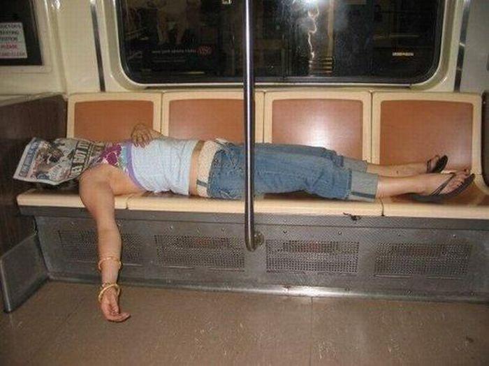 mujer plácidamente dormida en el metro