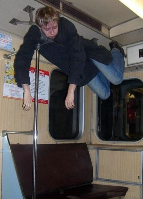 hombre atorado en los barrotes del metro