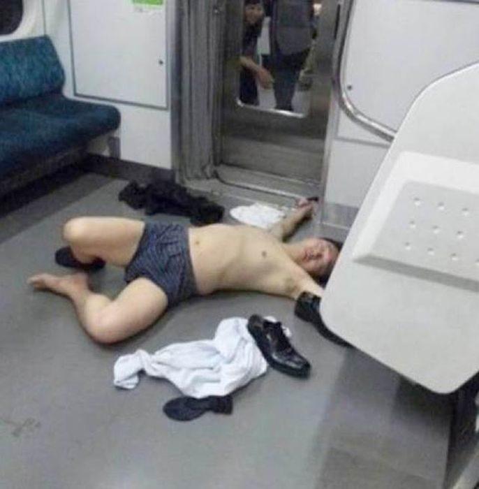hombre borracho enel metro se desnuda
