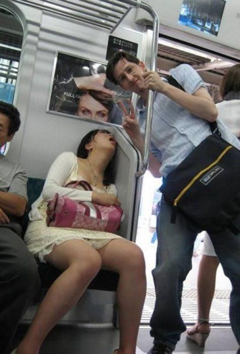 mujer dormida en el metro, hombre burlándose de ella