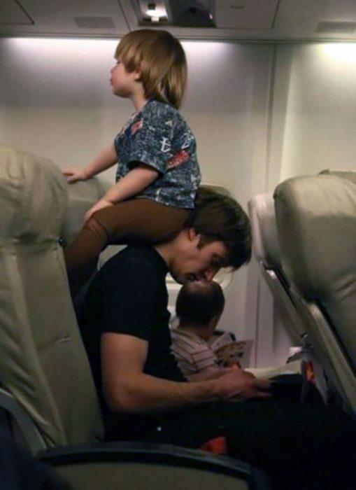 Papá en avión, su hijo sentado en su cuello recargado en su cabeza