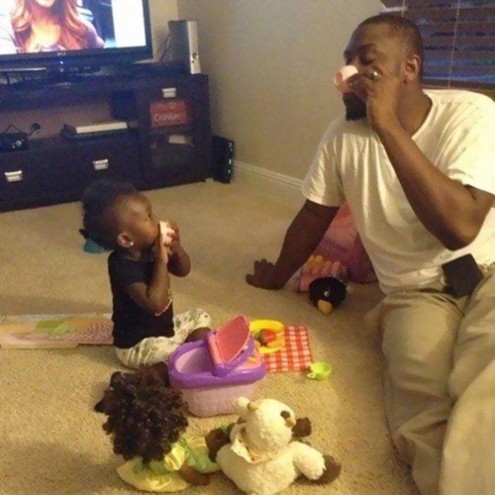 Papá tomando el té con su hija