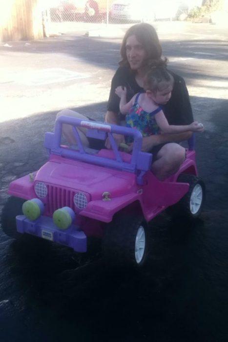 Papá dando un paseo en el carrito de su hija