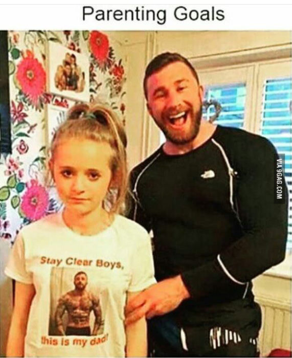 Chica con camiseta que tiene una foto de su papá musculoso