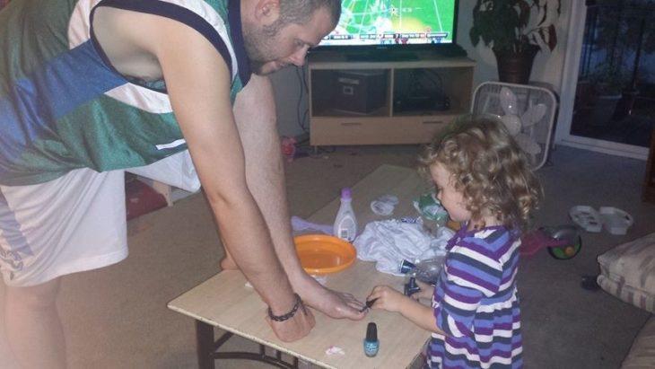 Niña haciéndole un pedicure a su papá
