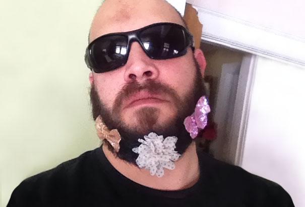 Papá rudo con moños en su barba