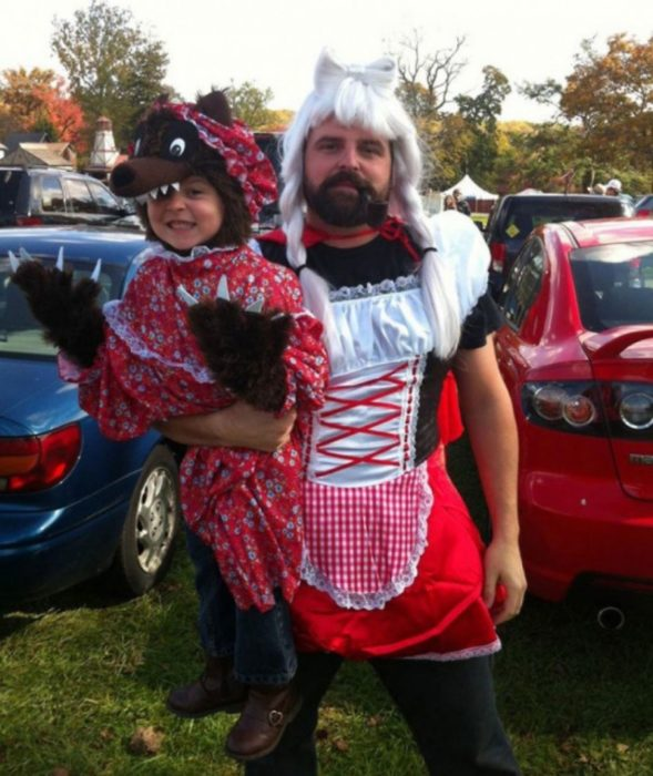 Papá vestido como caperucita roja
