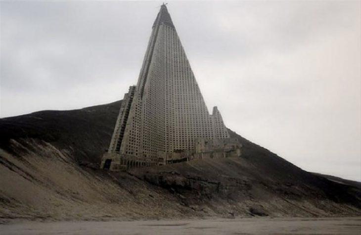 Gran edificio en medio de la nada