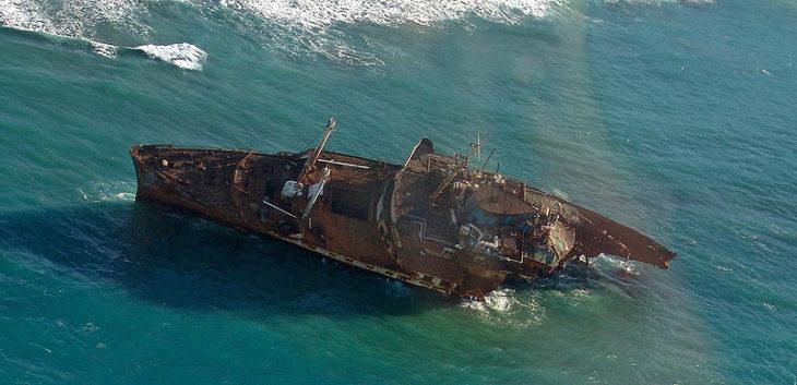 Barco perdido en el mar