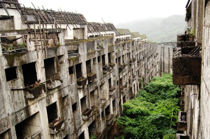 Isla con minera abandonada