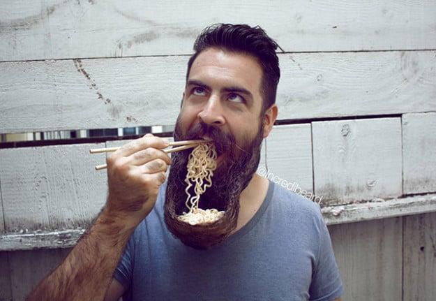 Hombre con sopa en barba como plato