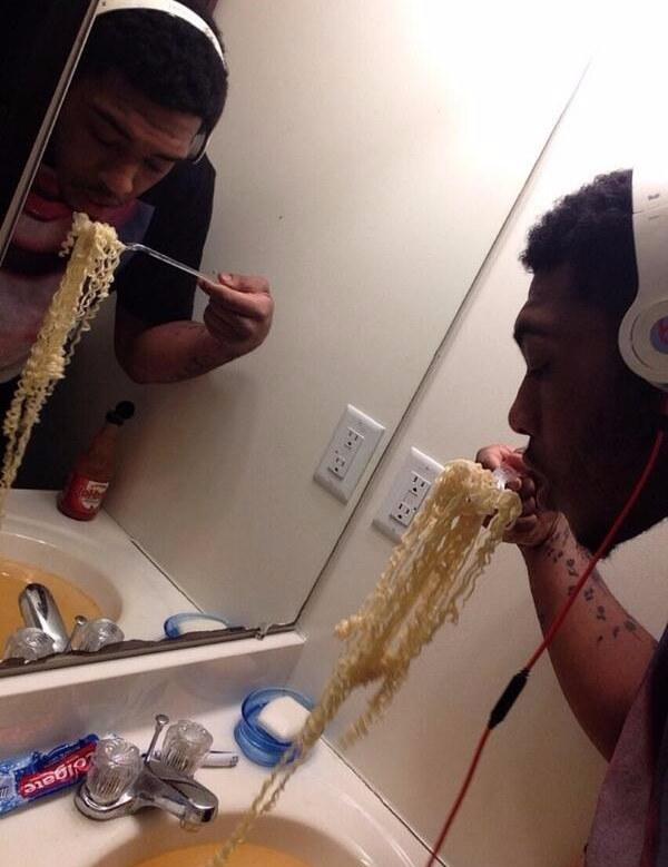 Hombre comiendo en lavabo