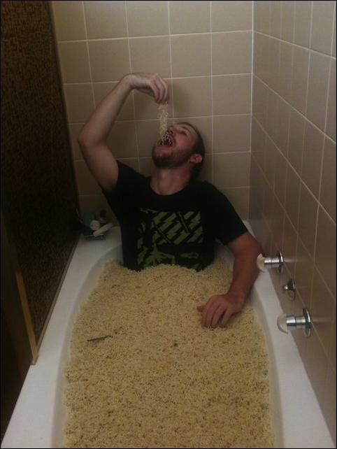 Hombre en tina llena de sopa