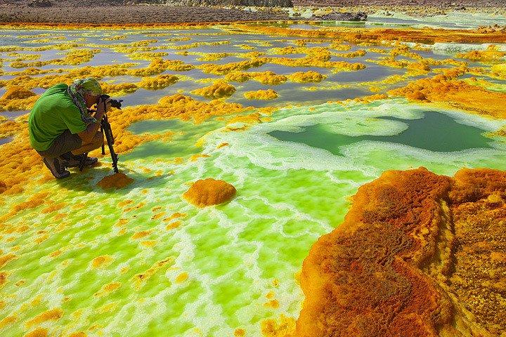 Persona tomando foto en lago verde
