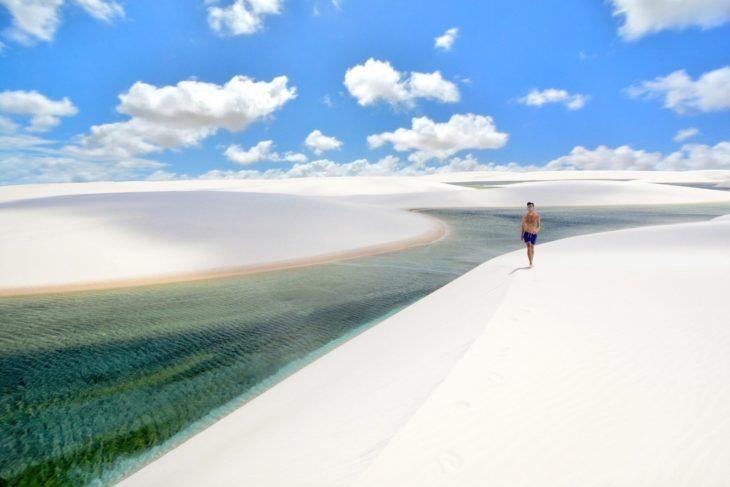 Persona corriendo en parque de arena