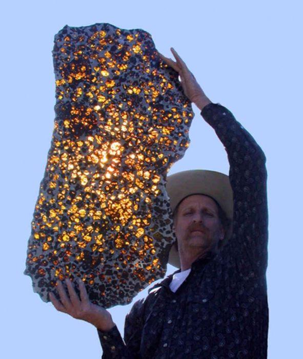 hombre cargando asteroide