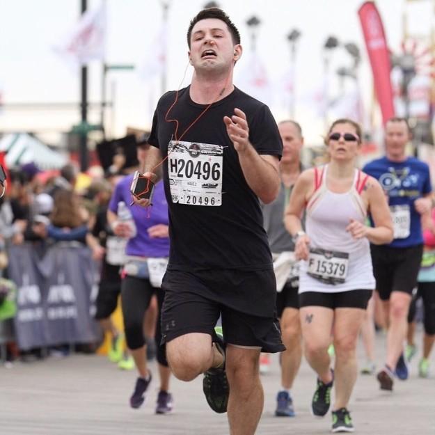 ORIGINAL foto de maratonista corriendo con un tapón en la nariz