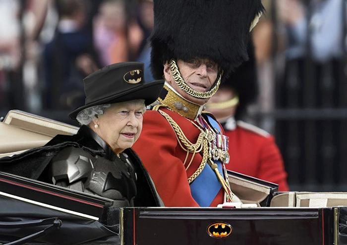 Batalla Photoshop: Reina Isabel II vestida como Batman