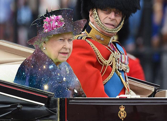 Batalla Photoshop: Reina Isabel II con un vestido de estrellas y galaxias