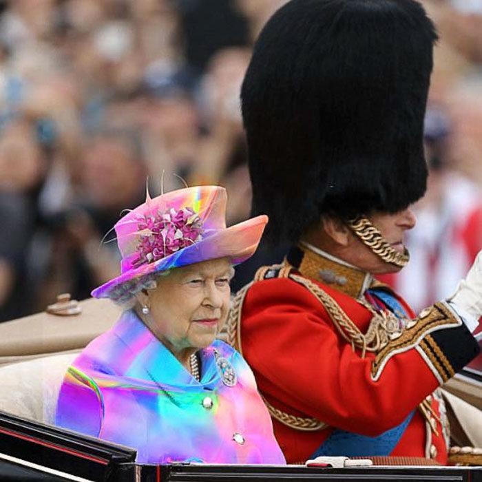 Batalla Photoshop: Reina Isabel II con un vestido muy colorido
