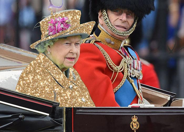 Batalla Photoshop: Reina Isabel II con un vestido de brillos dorados
