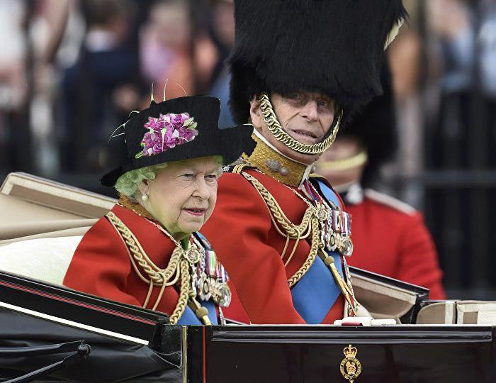 Batalla Photoshop: Reina Isabel II vestida igual que su esposo