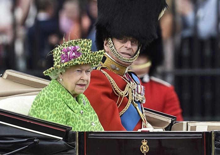 Batalla Photoshop: Reina Isabel II con un vestido de estampado