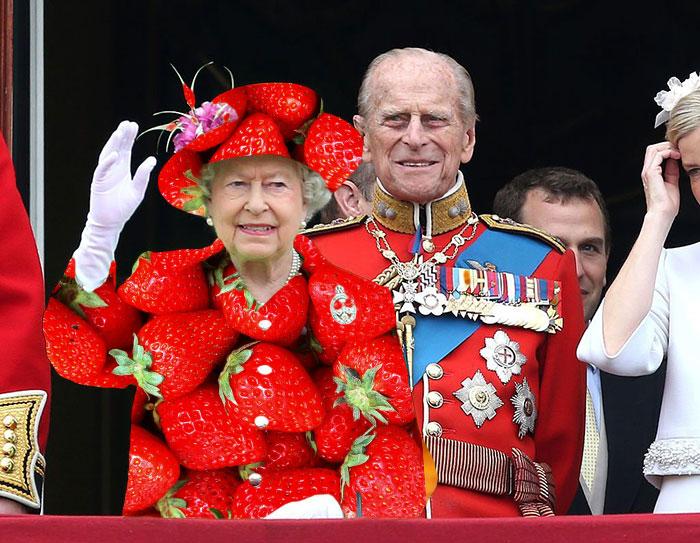 Batalla Photoshop: Reina Isabel II usando un vestido de fresas