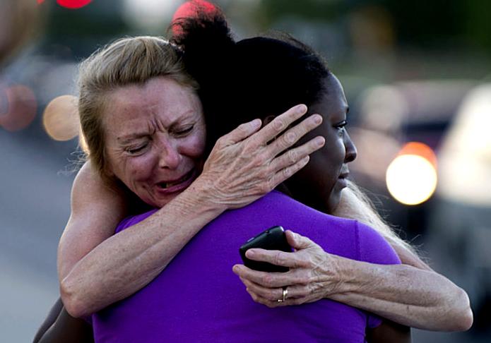 Mujer abrazando a otra llorando