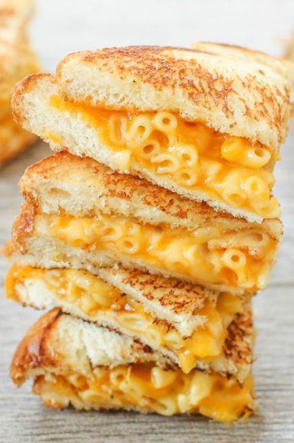 Sandwiches extraños. Sandwich de varios pisos con relleno de sopa de pasta y queso