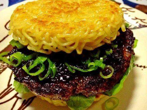 Sandwiches extraños. Hamburguesa con espaguetti horneado en lugar del pan