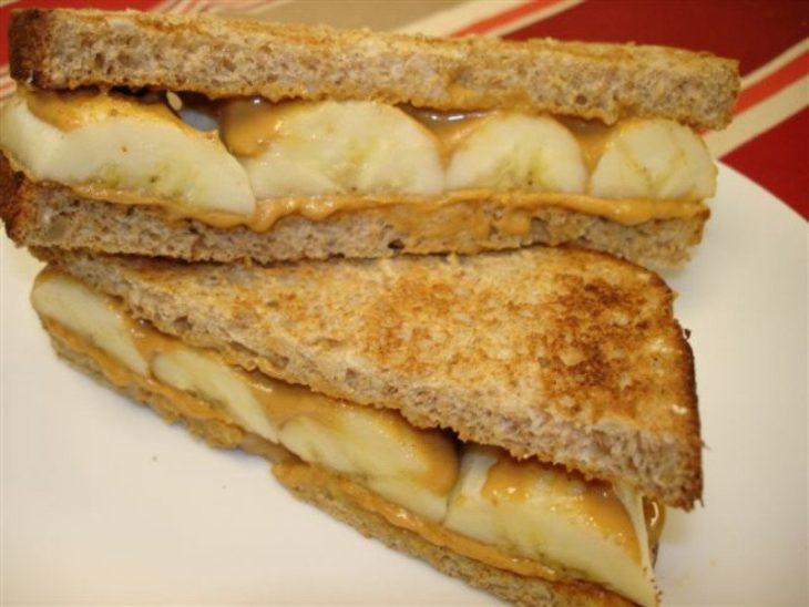 Sandwiches extraños. Sandwich tostado con mantequilla de maní y plátano
