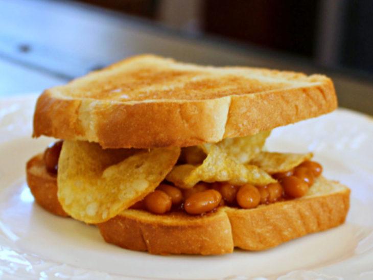 Sandwiches extraños. Sandwich tostado con papas fritas y frijoles