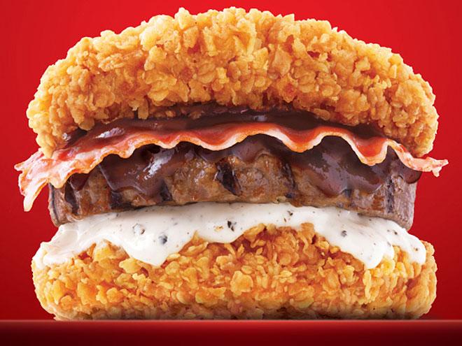 Sandwiches extraños. Hamburguesa con el pan frito