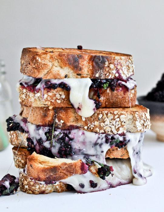 Sandwiches extraños. Sandwich de varios pisos con blueberries y leche condensada