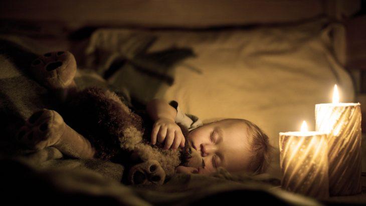 Bebe durmiendo con vela