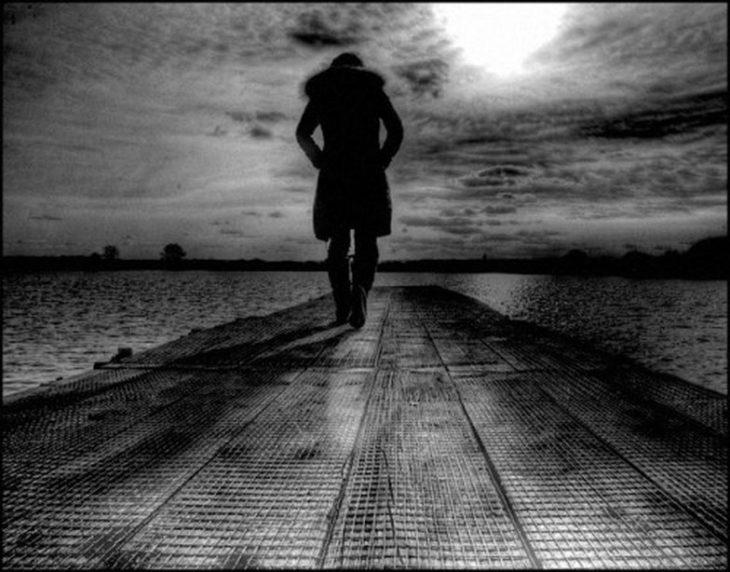 Hombre caminando en oscuridad
