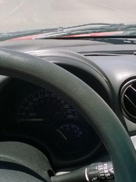 Situaciones estudihambre. Foto de un carro con el tanque de gasolina casi vacío