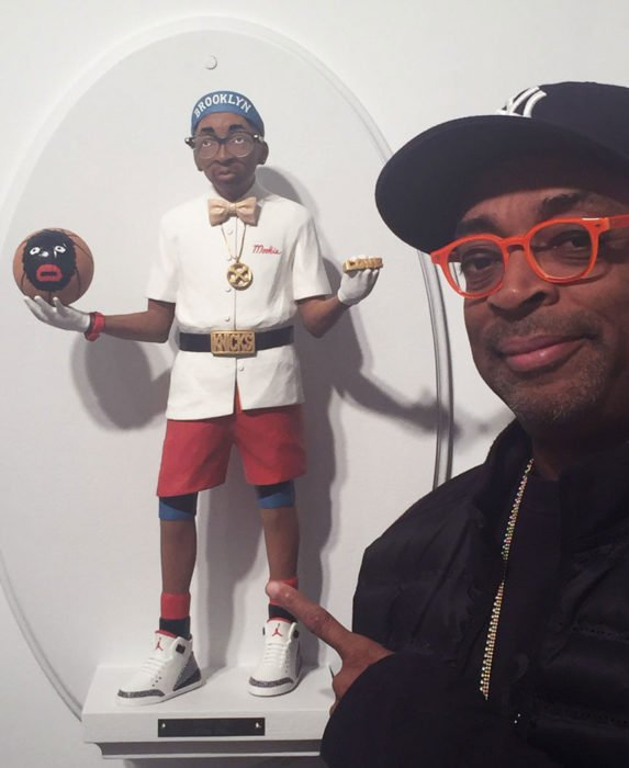 Figurilla de Spike Lee junto a Spike Lee