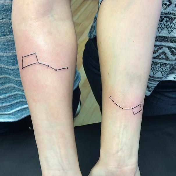 Tatuajes de constelación en brazo para hermanas