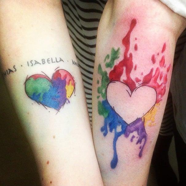 Tatuajes de corazón en brazos de hermanas