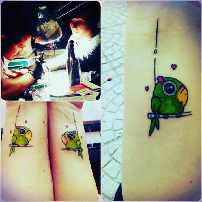 Tatuajes de periquitos en muñecas de mano