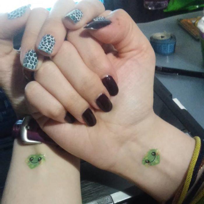 Tatuajes en muñecas de mano de color verde