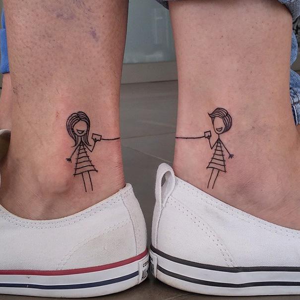 Tatuajes en tobillos de comunicación entre hermanos