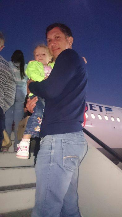 Padre e hija abordando avion