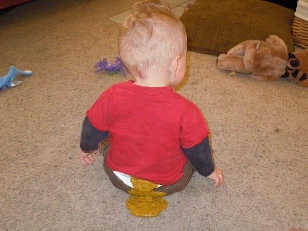 Niño lleno de popo de la espalda